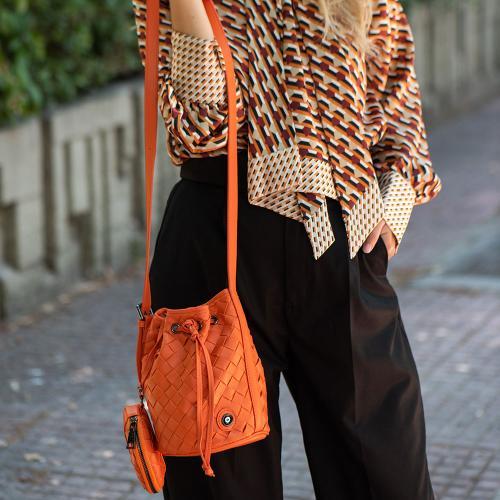 Τσάντα πουγκί πλεκτή, πορτοκαλί οικολογικό δέρμα με αποσπώμενο λουρί και πορτοφόλι, μάτι από σμάλτο. Διαστάσεις 22x12εκ.