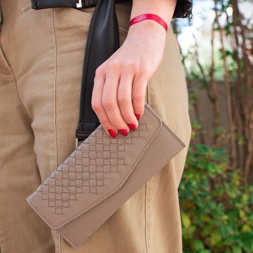 Γκρι πορτοφόλι οικολογικό δέρμα, με σχέδιο πλέξης. Διαστάσεις 19x09εκ.